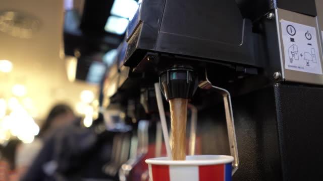 vídeos y material grabado en eventos de stock de relleno de refrescos de la máquina - cola gaseosa