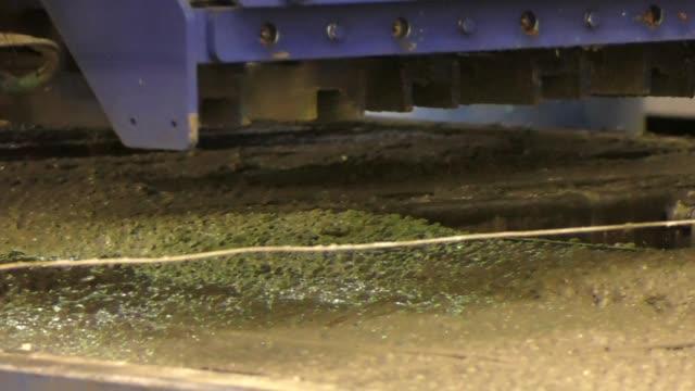 型枠を充填コンクリート スプレッダー.具体的な解決は、型枠に注がれています。コンクリート混合物の型枠に注がれています。鉄筋コンクリート壁板の製造。 - セメント点の映像素材/bロール