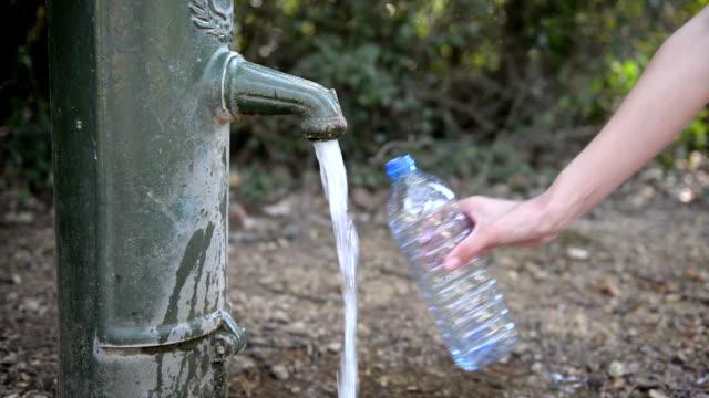 Füllen die Flasche Wasser – Video