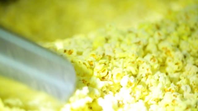 vídeos de stock, filmes e b-roll de enchendo acima um saco de papel da pipoca - balde pipoca