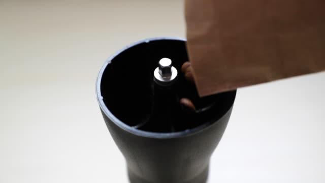 vídeos y material grabado en eventos de stock de llenando mi molinillo de café de la bolsa con la captura de granos nueva pocos momentos antes de rectificarlas - grind