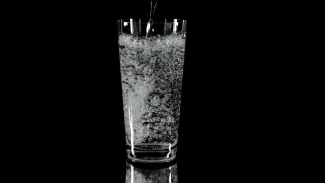HD AU: Remplir le verre avec les boissons du tonic - Vidéo