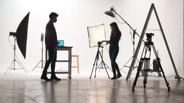 스튜디오에서 영화 제작 반 - 영화 촬영 스톡 비디오 및 b-롤 화면