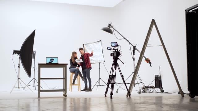 vidéos et rushes de dans le studio de tournage - interview