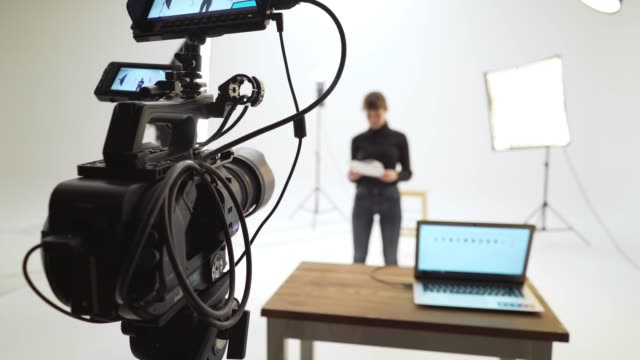 stockvideo's en b-roll-footage met filmset - studio
