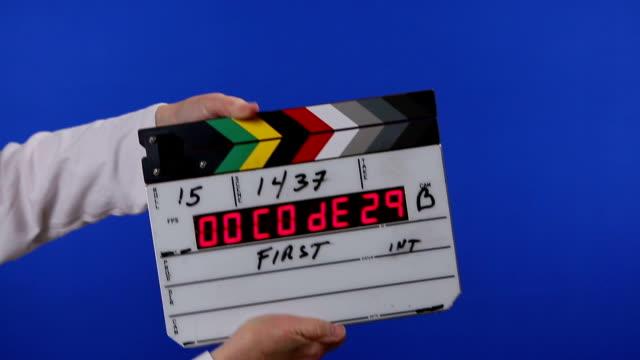 vidéos et rushes de film clap sur fond bleu incrustation en chrominance - ardoise