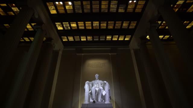 film lutning: abraham lincoln staty i lincoln memorial byggnad i washington, dc usa - minnesmärke bildbanksvideor och videomaterial från bakom kulisserna