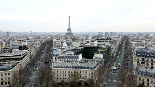 hd 영화 틸트:  공중 뷰 eiffel tower 도시, 파리 - 틸트 스톡 비디오 및 b-롤 화면