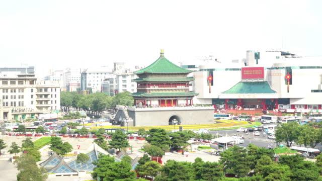 vídeos de stock, filmes e b-roll de filme tilt: antiga xian campanário china chonglou - característica arquitetônica