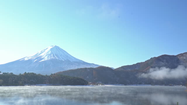 Film Tilt: Fujisan in koyo autumn at kawaguchiko lake Yamanashi Japan video