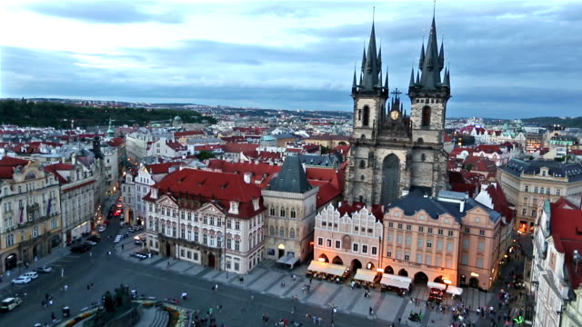 vidéos et rushes de inclinaison du film: piéton bondé au coucher du soleil de république tchèque de prague old town square - prague