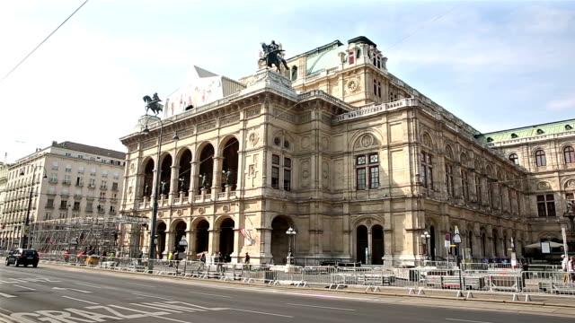 ウィーンのオペラ座で映画傾斜歩行者混雑 - オペラ点の映像素材/bロール