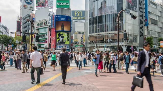 影片傾斜錄影的澀谷十字路口在東京 - 澀谷交叉點 個影片檔及 b 捲影像