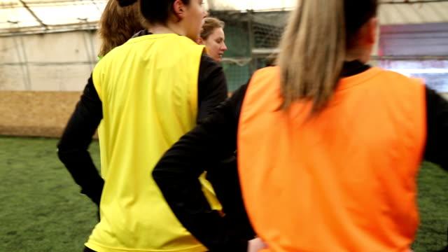 stockvideo's en b-roll-footage met laatste gesprek voor de wedstrijd - tienermeisjes