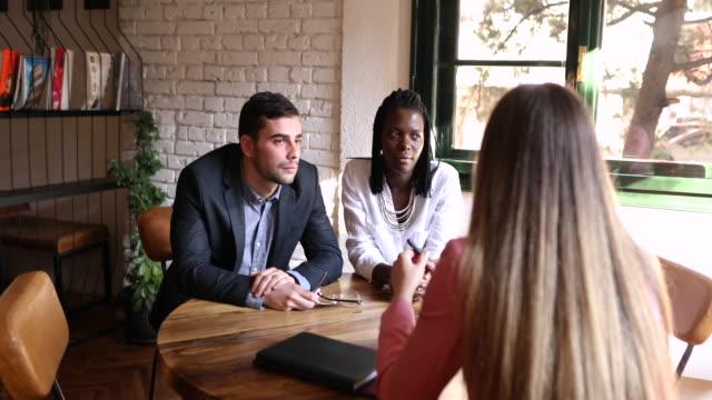 vídeos y material grabado en eventos de stock de asesor financiero repasando detalles con los clientes y tratando de encontrar una solución para sus problemas financieros - planificación financiera