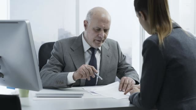 financial advisor meeting a customer in the office - rapporto video stock e b–roll