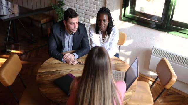 vídeos y material grabado en eventos de stock de asesor financiero presentando un plan financiero sobre el seguro de vida a sus clientes - planificación financiera