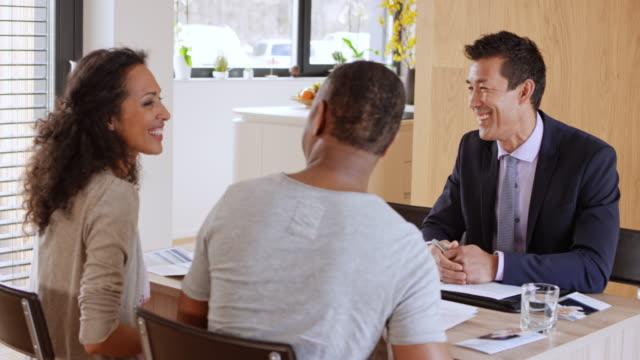 Consultor financeiro, cumprimentando-se com os seus clientes em uma reunião em sua casa - vídeo