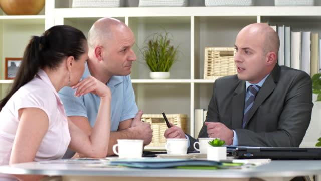 hd: financial advisor talking with his clients - insurance bildbanksvideor och videomaterial från bakom kulisserna