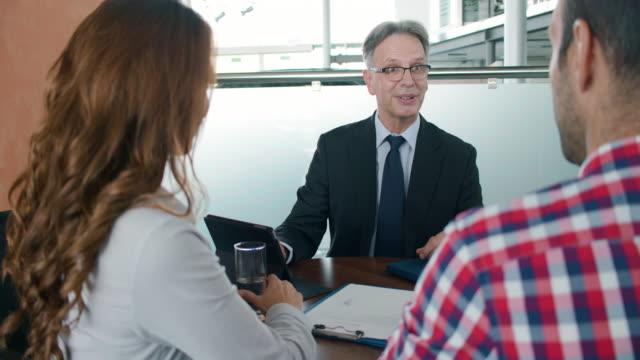 vídeos y material grabado en eventos de stock de asesor financiero con los clientes - hipotecas y préstamos