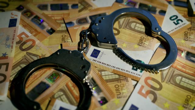 finansiell brottslighet concept-handfängsel på cash pengar. dolly shot - dirty money bildbanksvideor och videomaterial från bakom kulisserna