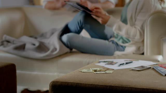 La crise financière, le chômage problème, famille budget, pas d'argent - Vidéo