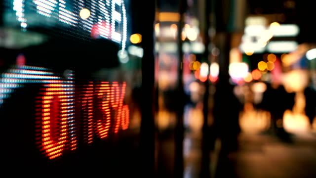 financial data displaying on screen - торговать стоковые видео и кадры b-roll