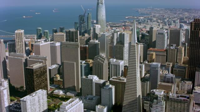 aerial financial district of san francisco - krajobraz miejski filmów i materiałów b-roll