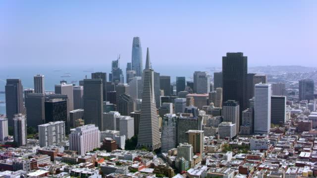 aerial financial district, san francisco, california - общий план перспектива стоковые видео и кадры b-roll