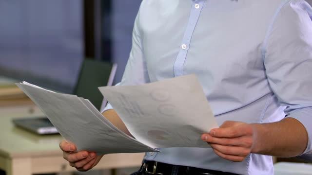 финансовый эксперт анализирует данные, думает об эффективном бюджете компании, аналитике - expert стоковые видео и кадры b-roll