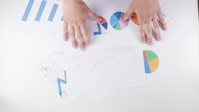 ハ金融専門家検討チャートおよびグラフ - レポートのビデオ点の映像素材/bロール
