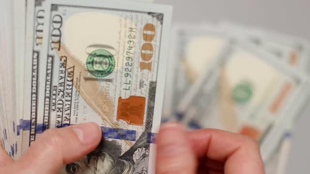 vídeos de stock, filmes e b-roll de operações financeiras com dinheiro em dinheiro, dinheiro fácil e sujo. empresário de close-up contando dinheiro americano. - bico