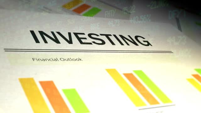 vidéos et rushes de documents financiers avec superposition de téléscripteur de la bourse - investir - book