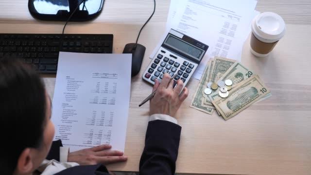 vídeos y material grabado en eventos de stock de planificación financiera, empresaria calculando - planificación financiera