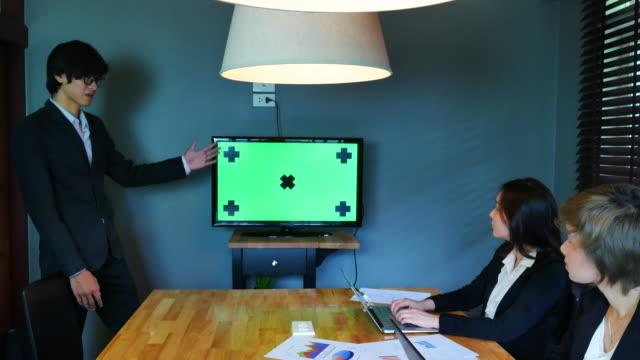 vídeos y material grabado en eventos de stock de 4k :reunión de planificación financiera con pantalla verde - planificación financiera