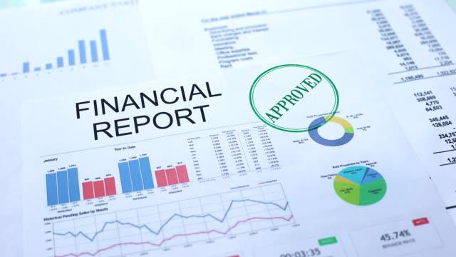 ekonomisk rapport godkänd, hand stämpling sigill på officiella dokument, statistik - accounting bildbanksvideor och videomaterial från bakom kulisserna