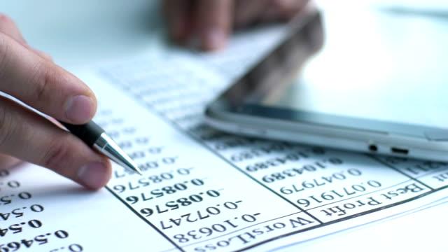 finansiella rapporten på en handdator, närbild - accounting bildbanksvideor och videomaterial från bakom kulisserna