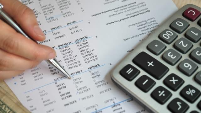 finansiella rapporten på pappersarbete - accounting bildbanksvideor och videomaterial från bakom kulisserna