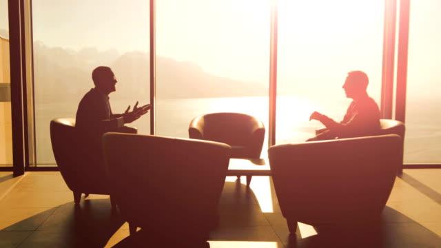 finanzielle verkaufsleiter treffen mit kunden in modernen unternehmen bürogebäude reden geschäftsstrategie - konferenztisch stock-videos und b-roll-filmmaterial