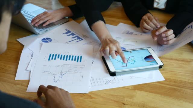 stockvideo's en b-roll-footage met financieel team analyse van marktonderzoek - bedrijfsstrategie