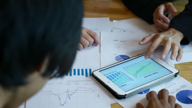 vídeos de stock e filmes b-roll de financial team analyzing market research - promoção emprego