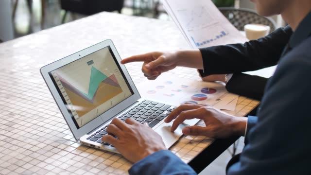vídeos de stock e filmes b-roll de financial working with team - upgrade