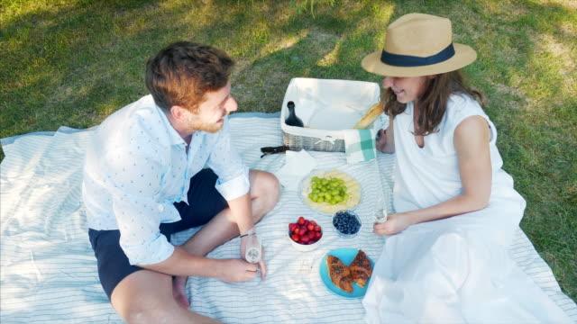 vídeos y material grabado en eventos de stock de encontrar el amor en todo. - comida francesa
