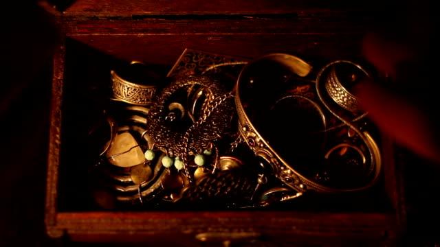 finding a treasure chest - браслет стоковые видео и кадры b-roll