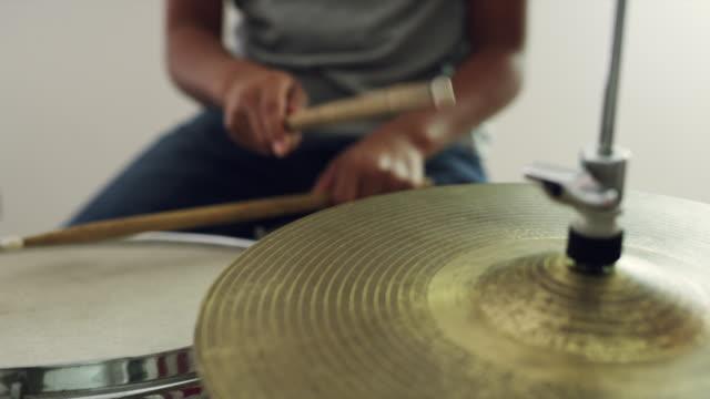 stockvideo's en b-roll-footage met het vinden van zijn timing - lagere schoolleeftijd