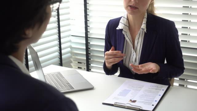 vídeos de stock e filmes b-roll de finding new job - envolvimento dos funcionários