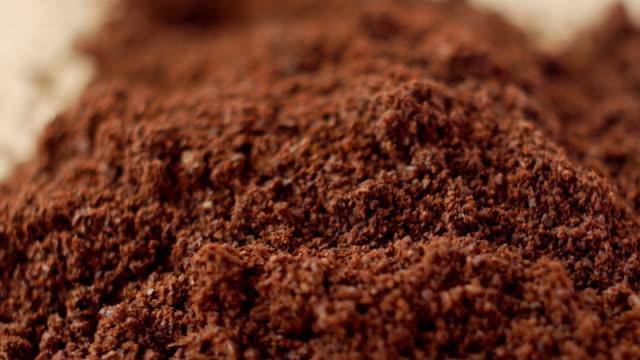 Bидео Fine coffee powder pile close-up shallow DOF