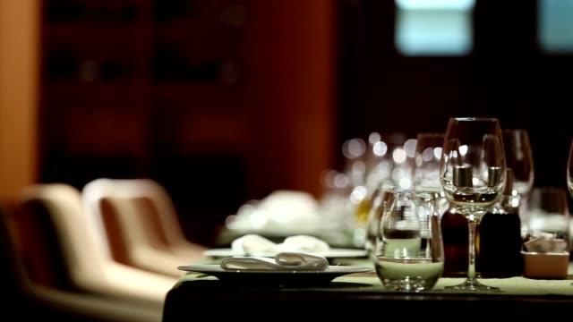 stockvideo's en b-roll-footage met fine dining restaurant set - restaurant table