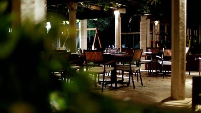 vídeos de stock e filmes b-roll de fine dining restaurant set - enfeitado