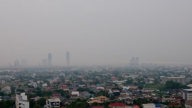 stockvideo's en b-roll-footage met fijnstof, pm 2.5 is een luchtverontreinigende stof die zich zorgen maakt over de gezondheid van mensen wanneer de niveaus in de lucht hoog zijn. pm 2.5 zijn kleine deeltjes in de lucht. pm 1.5 kan ervoor zorgen dat mensen ademhalingsziekte krijgen - luchtvervuiling